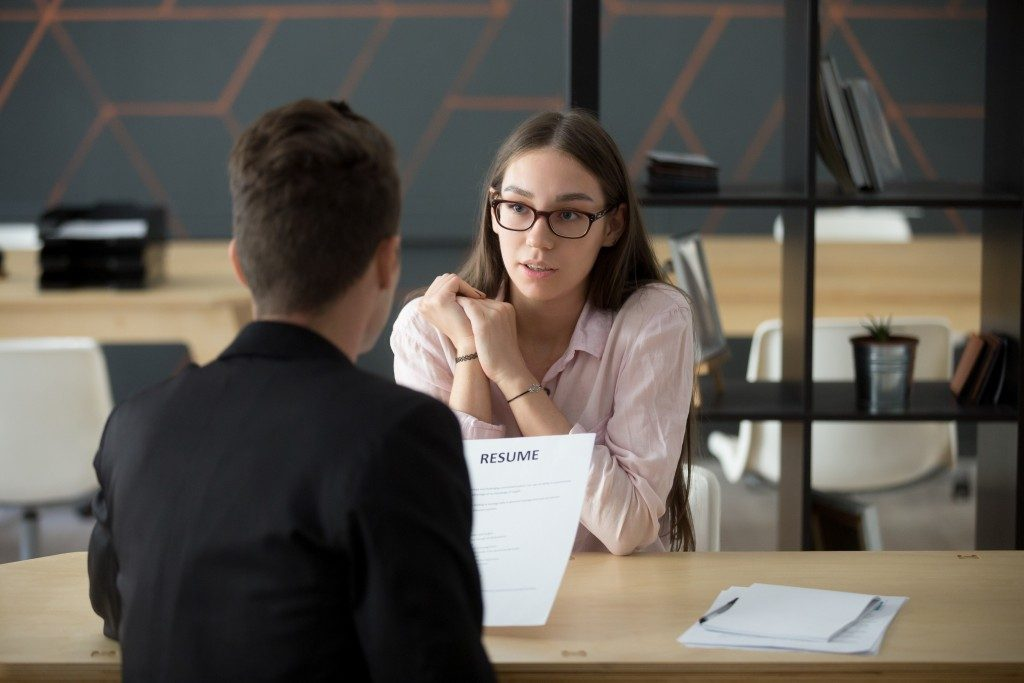HR recruiter interviewing candidate for company