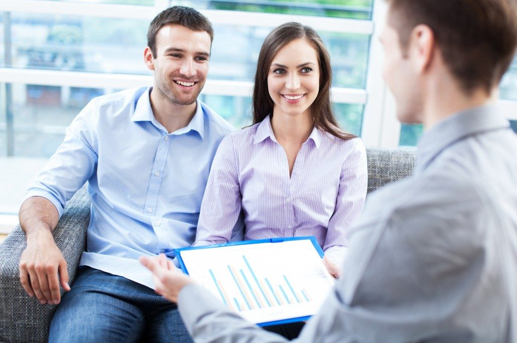 Couple asking about a loan management